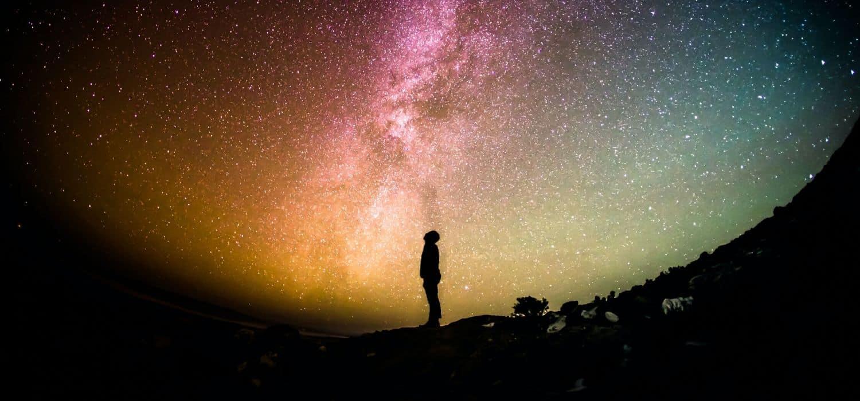 La meditazione è essere presenti, persona che osserva le stelle