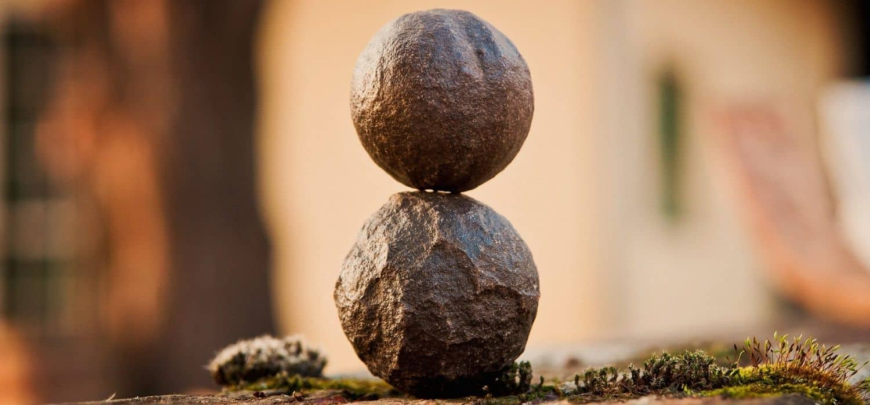 Due sfere di pietra sovrapposte rappresentano la meditazione come ricerca di equilibrio